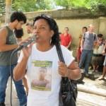 Marcia Jacintho, com uma camisa em memória de seu filho Hanry